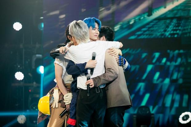 UNI5 khiến dàn giám khảo rơi nước mắt khi hát về cha và tiết lộ: Hết 3 thành viên đã không còn cha rồi! - Ảnh 1.