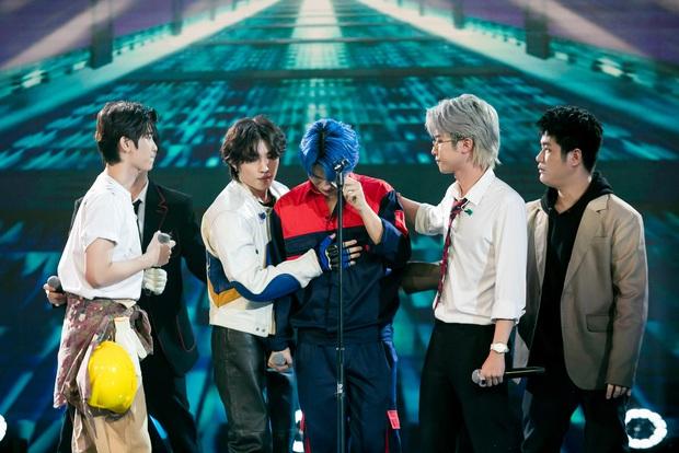 UNI5 khiến dàn giám khảo rơi nước mắt khi hát về cha và tiết lộ: Hết 3 thành viên đã không còn cha rồi! - Ảnh 2.