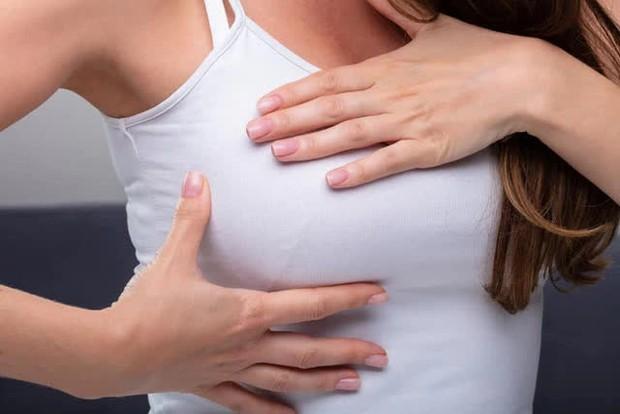 Cứ 40 giây lại có 1 người chết vì ung thư vú, tỷ lệ tử vong của nam cao hơn nữ 19%, bác sĩ cảnh báo 5 triệu chứng của bệnh - Ảnh 2.