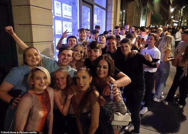 Thanh niên Anh đổ xô đến hộp đêm mừng ngày dỡ bỏ lệnh hạn chế - Ảnh 8.