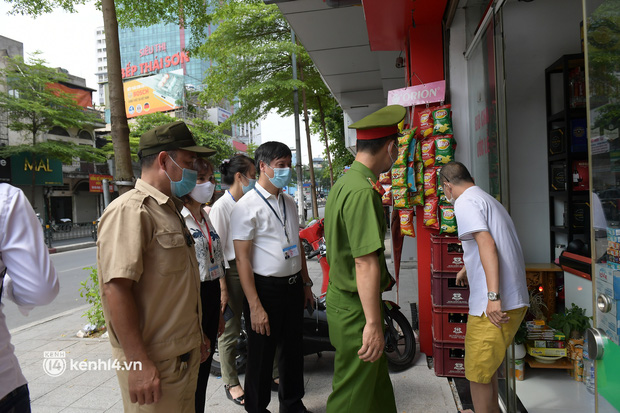 Hà Nội: Chủ quán cất bia bán nước lọc, nhiều cửa hàng không thiết yếu vẫn mở cửa sau Công điện 15 - Ảnh 3.
