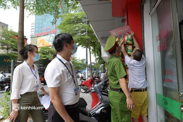 Hà Nội: Chủ quán cất bia bán nước lọc, nhiều cửa hàng không thiết yếu vẫn mở cửa sau Công điện 15 - Ảnh 2.