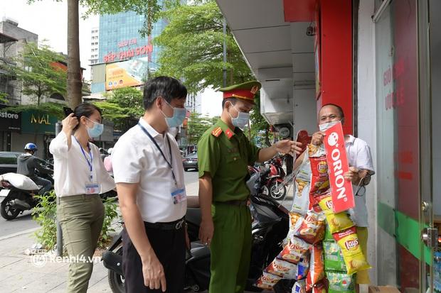 Hà Nội: Chủ quán cất bia bán nước lọc, nhiều cửa hàng không thiết yếu vẫn mở cửa sau Công điện 15 - Ảnh 1.