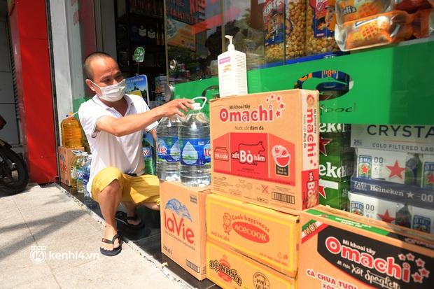 Hà Nội: Chủ quán cất bia bán nước lọc, nhiều cửa hàng không thiết yếu vẫn mở cửa sau Công điện 15 - Ảnh 4.
