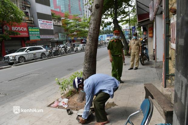 Hà Nội: Chủ quán cất bia bán nước lọc, nhiều cửa hàng không thiết yếu vẫn mở cửa sau Công điện 15 - Ảnh 9.