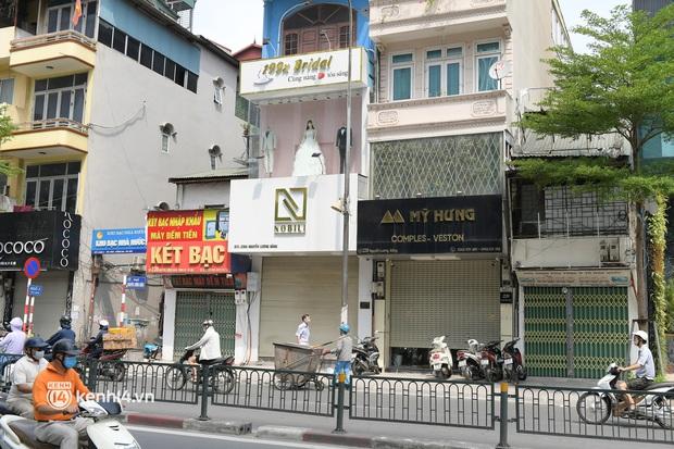 Hà Nội: Chủ quán cất bia bán nước lọc, nhiều cửa hàng không thiết yếu vẫn mở cửa sau Công điện 15 - Ảnh 10.