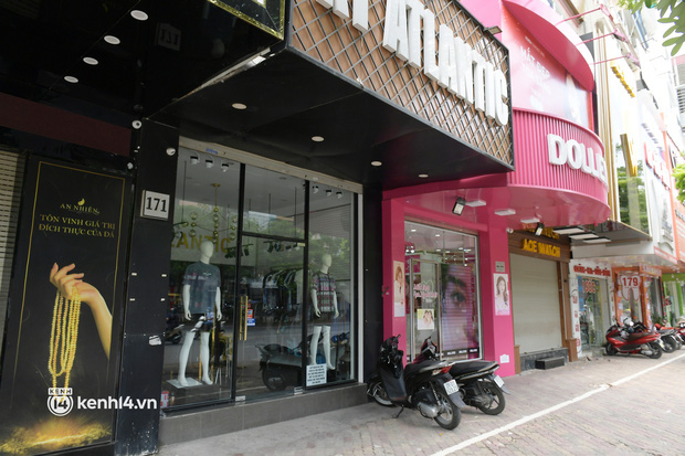 Hà Nội: Chủ quán cất bia bán nước lọc, nhiều cửa hàng không thiết yếu vẫn mở cửa sau Công điện 15 - Ảnh 12.