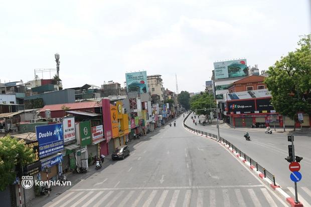 Hà Nội: Chủ quán cất bia bán nước lọc, nhiều cửa hàng không thiết yếu vẫn mở cửa sau Công điện 15 - Ảnh 11.
