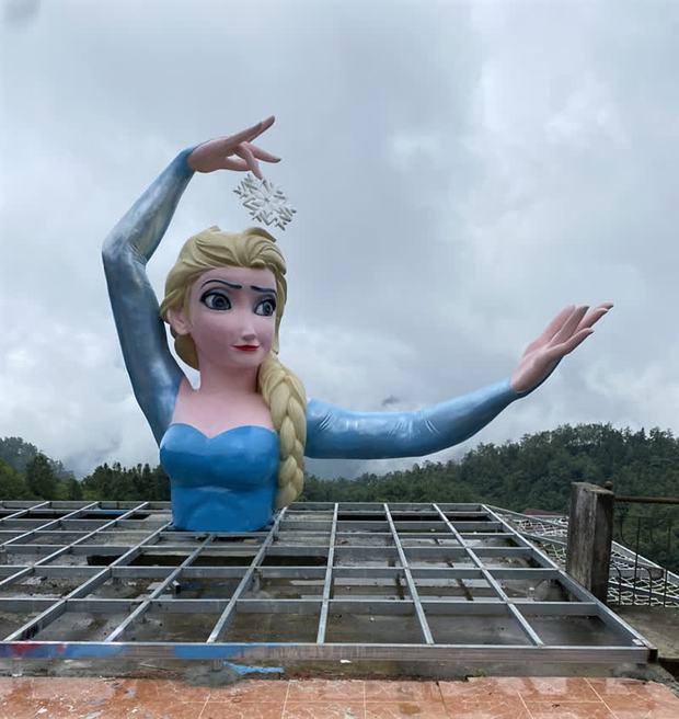 """Hoá ra Nữ hoàng băng giá Elsa """"đột biến"""" ở Sa Pa """"cùng nhà"""" với Nữ thần Tự do bị ném đá 2 tháng trước: Cơ quan chức năng xử lý thế nào? - Ảnh 2."""