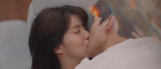 3 cặp đôi phim Hàn dính nghi án yêu đương vì quá tình ở hậu trường: Nevertheless chưa bằng Song Joong Ki và bạn gái mới - Ảnh 1.