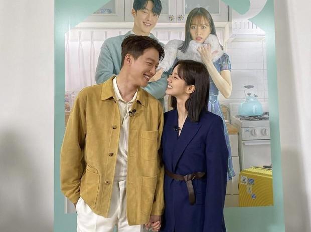 3 cặp đôi phim Hàn dính nghi án yêu đương vì quá tình ở hậu trường: Nevertheless chưa bằng Song Joong Ki và bạn gái mới - Ảnh 4.