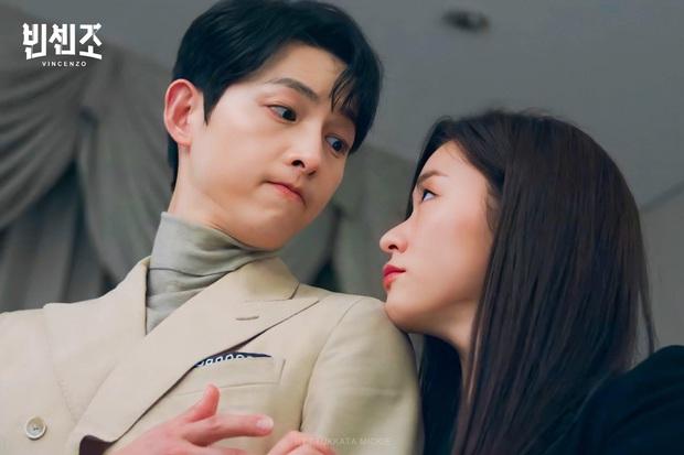 3 cặp đôi phim Hàn dính nghi án yêu đương vì quá tình ở hậu trường: Nevertheless chưa bằng Song Joong Ki và bạn gái mới - Ảnh 7.