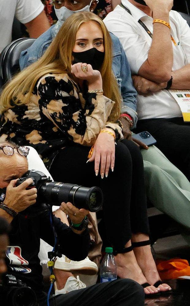 """Adele đi xem bóng rổ cũng gây sốt vì visual """"lên hương"""" xuất sắc hậu giảm cân, còn công khai hẹn hò bạn trai mới profile khủng? - Ảnh 6."""