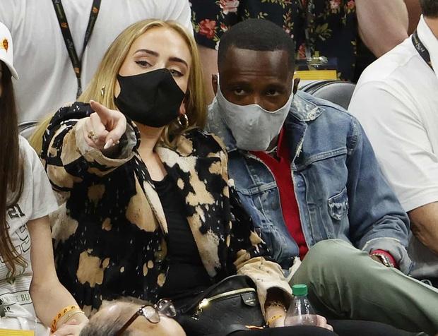 """Adele đi xem bóng rổ cũng gây sốt vì visual """"lên hương"""" xuất sắc hậu giảm cân, còn công khai hẹn hò bạn trai mới profile khủng? - Ảnh 7."""