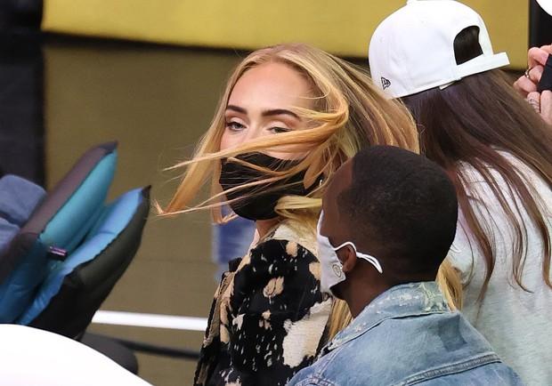 """Adele đi xem bóng rổ cũng gây sốt vì visual """"lên hương"""" xuất sắc hậu giảm cân, còn công khai hẹn hò bạn trai mới profile khủng? - Ảnh 5."""
