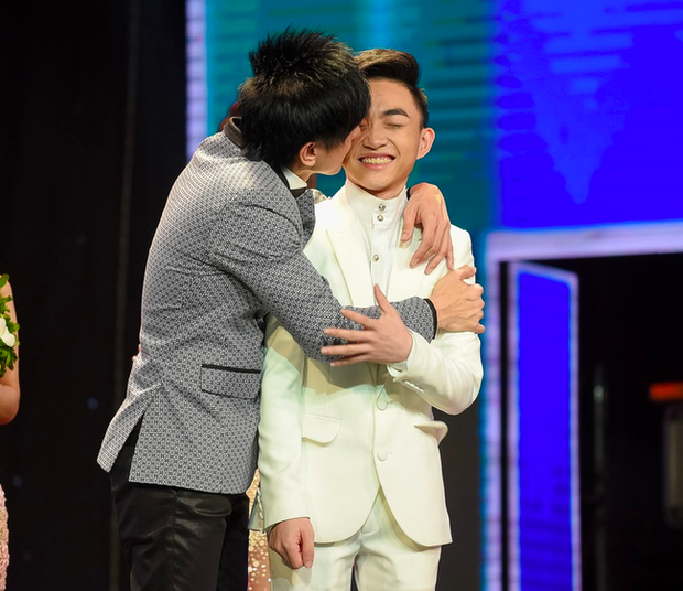 Chàng trai được nhắc nhiều nhất sau khi Đan Trường ly hôn: Gắn bó từ lúc 18 tuổi, mặc đồ đôi, công khai ôm hôn trên sân khấu - Ảnh 2.