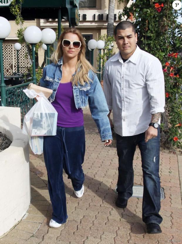 Cựu vệ sĩ của Britney Spears hé lộ tình tiết gây sốc: Nữ ca sĩ bị bắt uống 1 cốc ma túy mỗi tuần, 3 loại thuốc thần kinh và thuốc tránh thai - Ảnh 3.