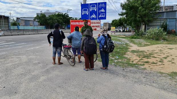 Thất nghiệp vì dịch COVID-19, 4 mẹ con đạp xe từ Đồng Nai về quê Nghệ An - Ảnh 1.
