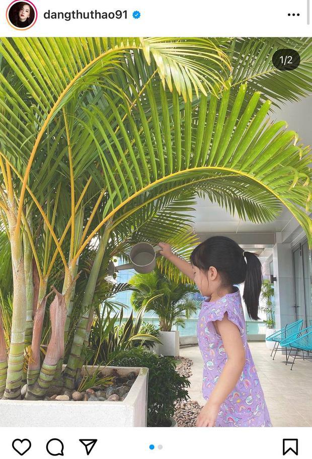 Đặng Thu Thảo khoe ảnh con gái lớn phổng phao tự chơi cực ngoan giữa mùa dịch, vô tình để lộ 1 góc penthouse đắt đỏ - Ảnh 2.