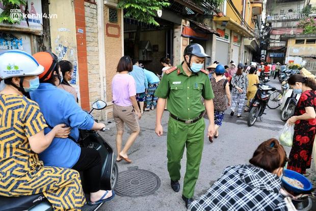 Hà Nội: Người dân vẫn ra đường tập thể dục, đạp xe bất chấp công điện yêu cầu chỉ ra đường khi cần thiết - Ảnh 10.