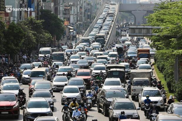 Hà Nội: Người dân vẫn ra đường tập thể dục, đạp xe bất chấp công điện yêu cầu chỉ ra đường khi cần thiết - Ảnh 11.