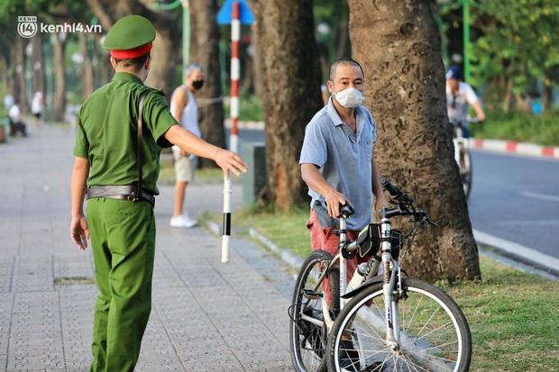 Hà Nội: Người dân vẫn ra đường tập thể dục, đạp xe bất chấp công điện yêu cầu chỉ ra đường khi cần thiết - Ảnh 4.