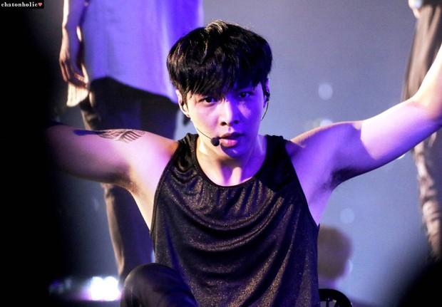 Netizen đào lại chiếc gif tự ngửi nách của Lay (EXO) giữa ồn ào Ngô Diệc Phàm tố đồng đội cũ! - Ảnh 3.