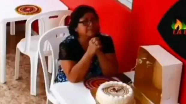 Clip đang gây bão: Người phụ nữ mua bánh gato vào quán tự tổ chức sinh nhật một mình, diễn biến bất ngờ sau đó khiến ai nấy nghẹn ngào - Ảnh 1.