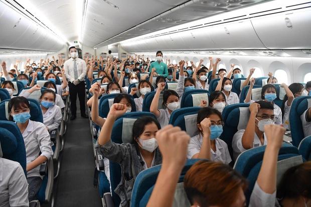 Hơn 300 sinh viên Hải Dương 'thần tốc' hỗ trợ 'tâm dịch' TP.HCM: Họ đã mặc sẵn đồng phục chiến đấu!