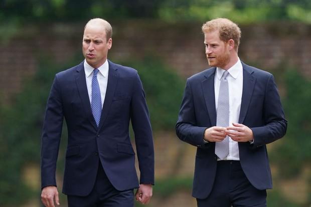 Sau tất cả, anh em Hoàng tử Anh đã tươi cười sánh bước bên nhau nhưng Harry lại lộ tâm trạng thật qua một hành động nhỏ - Ảnh 7.