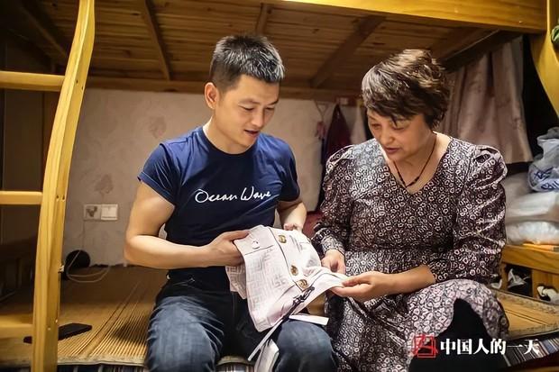 Từ con trai cưng nằm nhà ăn bám đến thần đồng may vá nức tiếng xa gần giúp hồi sinh ngành nghề sắp tuyệt chủng ở Trung Quốc - Ảnh 2.