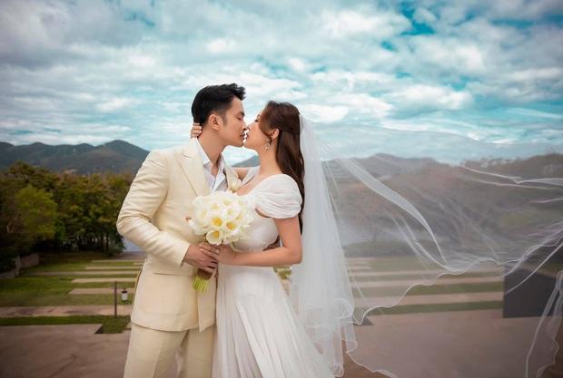 Lễ cưới có 1-0-2 của Hoa hậu Thu Hoài tại Mỹ: Cô dâu chú rể hoá đầu bếp, trang phục cô dâu và mục bóc quà cưới mới lạ lùng - Ảnh 8.