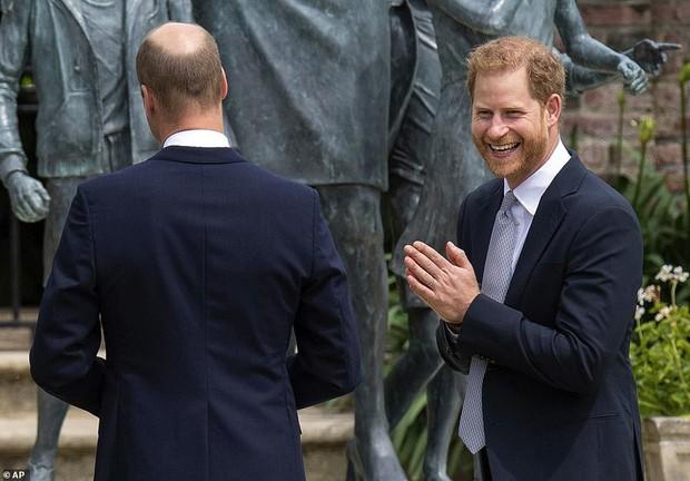 Sau tất cả, anh em Hoàng tử Anh đã tươi cười sánh bước bên nhau nhưng Harry lại lộ tâm trạng thật qua một hành động nhỏ - Ảnh 5.