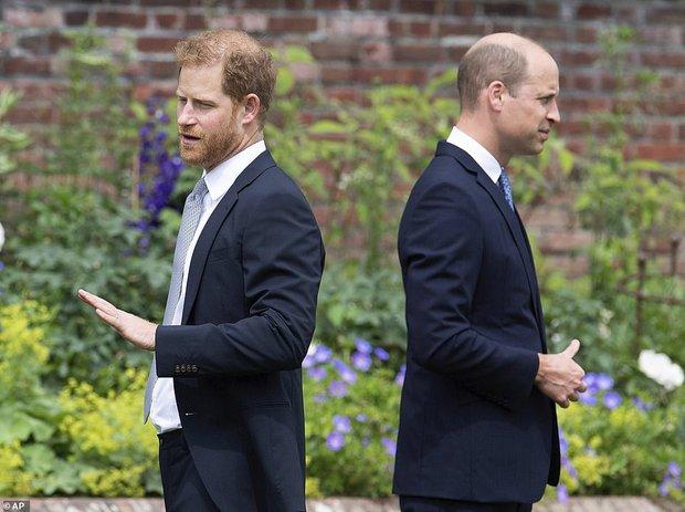 Sau tất cả, anh em Hoàng tử Anh đã tươi cười sánh bước bên nhau nhưng Harry lại lộ tâm trạng thật qua một hành động nhỏ - Ảnh 8.