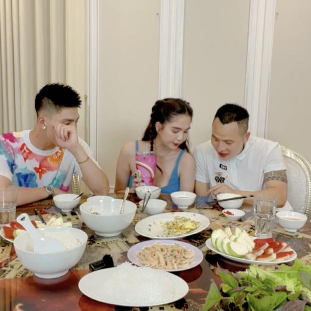 Vừa về chung nhà, Vũ Khắc Tiệp đã đích thân xuống bếp nấu ăn cho Ngọc Trinh: Sao như vợ chồng son thế này? - Ảnh 4.