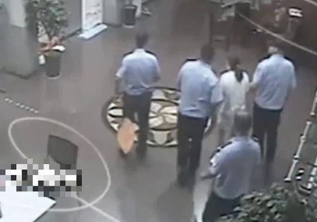 Đến đồn công an báo án, người phụ nữ não cá vàng bị bắt ngay lập tức vì quên mất mình đang bị truy nã - Ảnh 4.