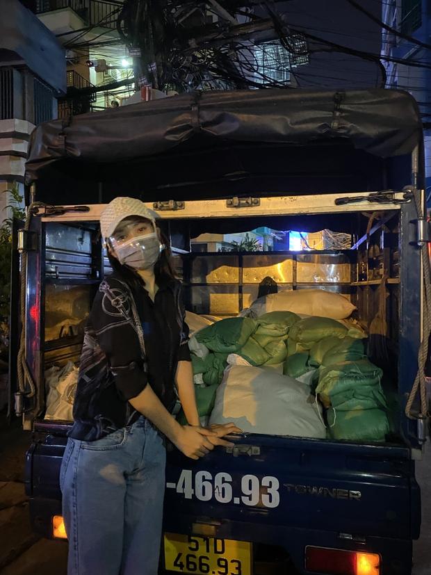 Hoa Hậu Tiểu Vy đi xe máy trao tặng 3 tấn gạo cho người dân khó khăn do ảnh hưởng của dịch Covid-19 - Ảnh 2.