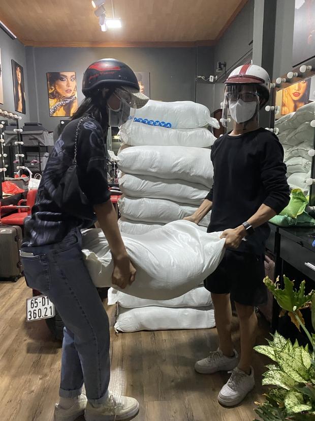 Hoa Hậu Tiểu Vy đi xe máy trao tặng 3 tấn gạo cho người dân khó khăn do ảnh hưởng của dịch Covid-19 - Ảnh 3.
