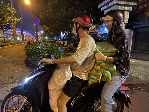 Hoa Hậu Tiểu Vy đi xe máy trao tặng 3 tấn gạo cho người dân khó khăn do ảnh hưởng của dịch Covid-19 - Ảnh 5.