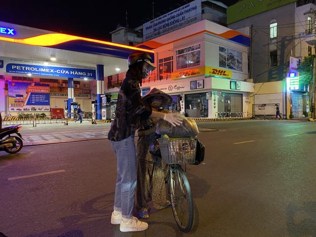 Hoa Hậu Tiểu Vy đi xe máy trao tặng 3 tấn gạo cho người dân khó khăn do ảnh hưởng của dịch Covid-19 - Ảnh 9.