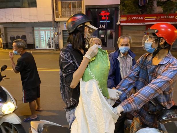 Hoa Hậu Tiểu Vy đi xe máy trao tặng 3 tấn gạo cho người dân khó khăn do ảnh hưởng của dịch Covid-19 - Ảnh 7.