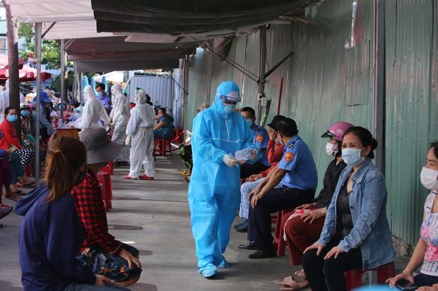 KHẨN: 3 mẹ con nhiễm SARS-CoV-2 chưa rõ nguồn lây nhiều lần đi chợ, siêu thị, Đà Nẵng tìm người liên quan - Ảnh 1.