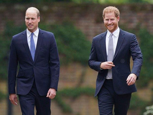 Sau tất cả, anh em Hoàng tử Anh đã tươi cười sánh bước bên nhau nhưng Harry lại lộ tâm trạng thật qua một hành động nhỏ - Ảnh 1.