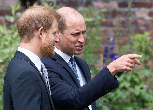 Sau tất cả, anh em Hoàng tử Anh đã tươi cười sánh bước bên nhau nhưng Harry lại lộ tâm trạng thật qua một hành động nhỏ - Ảnh 2.