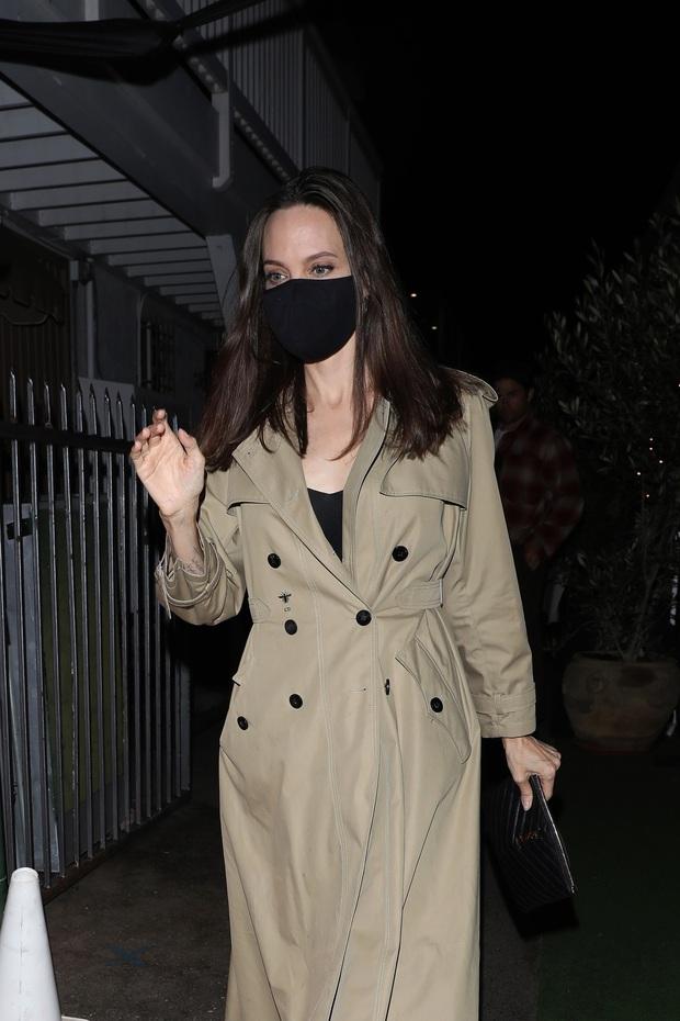 Brad Pitt từng tán tỉnh Selena Gomez, giờ đến lượt Angelina Jolie ăn tối cùng The Weeknd kém 15 tuổi, chuyện gì đây? - Ảnh 2.