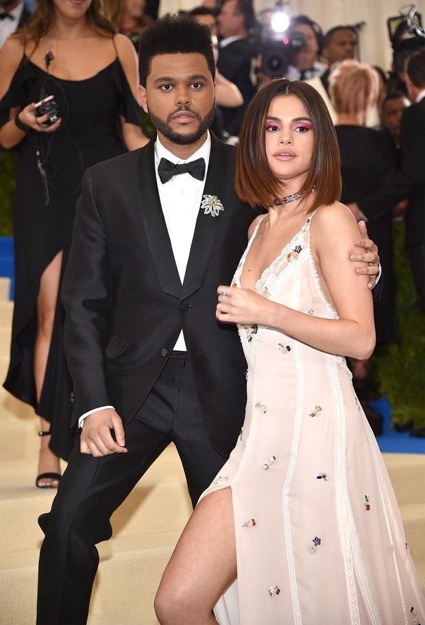 Brad Pitt từng tán tỉnh Selena Gomez, giờ đến lượt Angelina Jolie ăn tối cùng The Weeknd kém 15 tuổi, chuyện gì đây? - Ảnh 7.