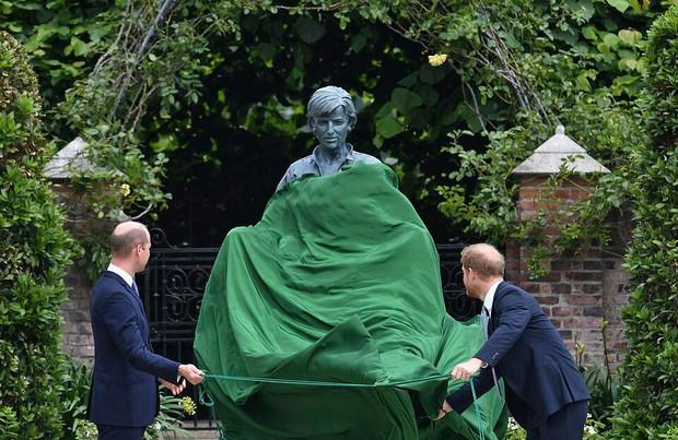Sau tất cả, anh em Hoàng tử Anh đã tươi cười sánh bước bên nhau nhưng Harry lại lộ tâm trạng thật qua một hành động nhỏ - Ảnh 3.