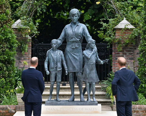 Sau tất cả, anh em Hoàng tử Anh đã tươi cười sánh bước bên nhau nhưng Harry lại lộ tâm trạng thật qua một hành động nhỏ - Ảnh 4.