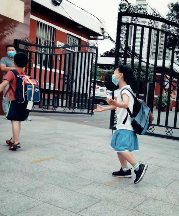 Năn nỉ bố mẹ cho mặc váy đến trường, bé trai bị chê bai lố lăng, cách hành xử của giáo viên khiến nhiều người bức xúc - Ảnh 4.