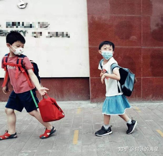 Năn nỉ bố mẹ cho mặc váy đến trường, bé trai bị chê bai lố lăng, cách hành xử của giáo viên khiến nhiều người bức xúc - Ảnh 3.